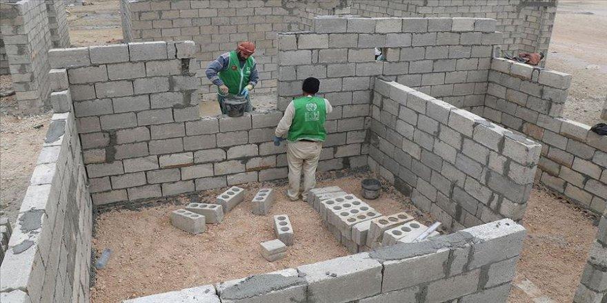 İHH İdlib'de briket ev inşasına başladı