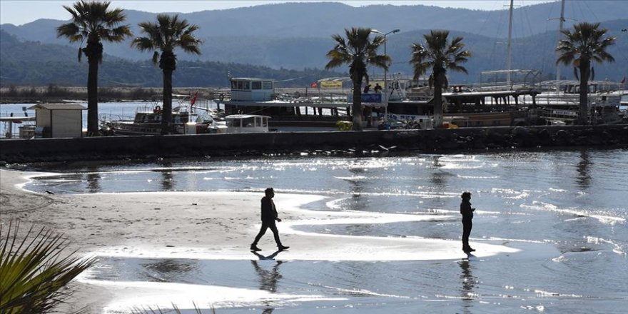 Sakin Kent Akyaka'da deniz suyu 30 metre çekildi