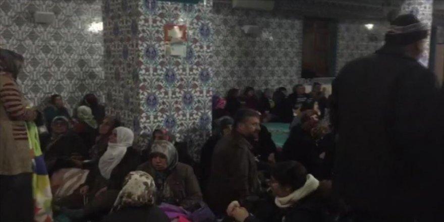 Depremden etkilenen bazı aileler camilerde kalıyor
