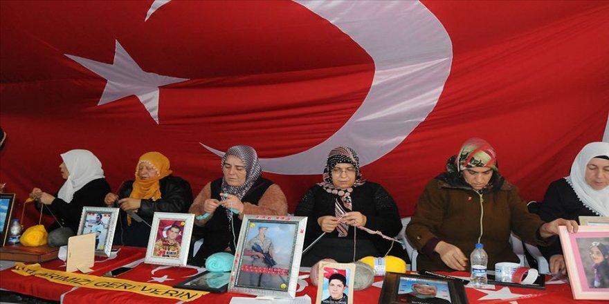 Diyarbakır anneleri depremzedeler için atkı ve bere örüyor
