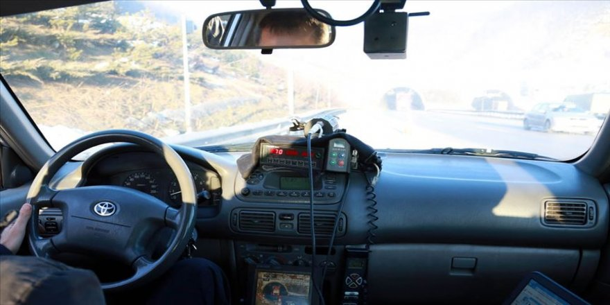 Emniyet Genel Müdürlüğünce ülke genelinde eş zamanlı gerçekleştirilen radarla hız denetimlerinde 122 araç trafikten men edildi.