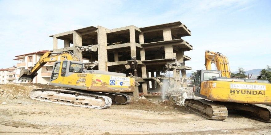 Belediye,6 katlı binanın yıkımını gerçekleştiriyor