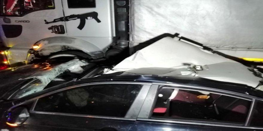 Otomobil ile tır çarpıştı ! 1 i ağır 2 kişi yaralandı