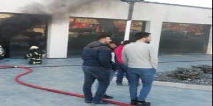 Çayırova'da iş yeri yandı