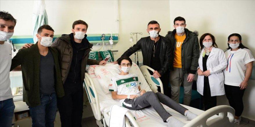 Bursasporlu futbolculardan lösemi tedavisi gören çocuğa hastanede ziyaret