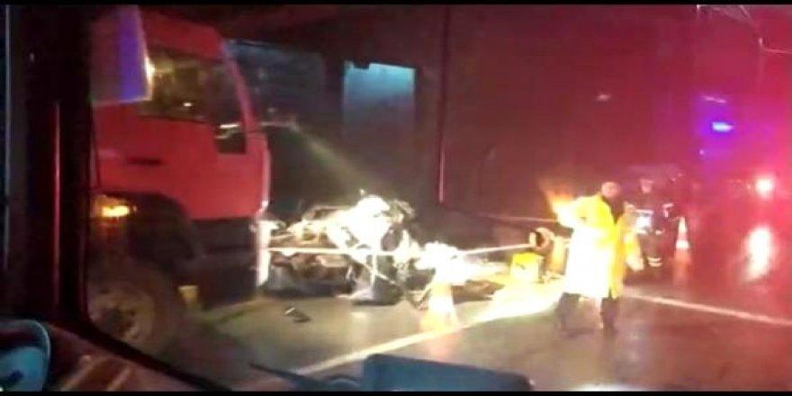 Halk otobüsü ve otomobil kafa kafaya çarpıştı