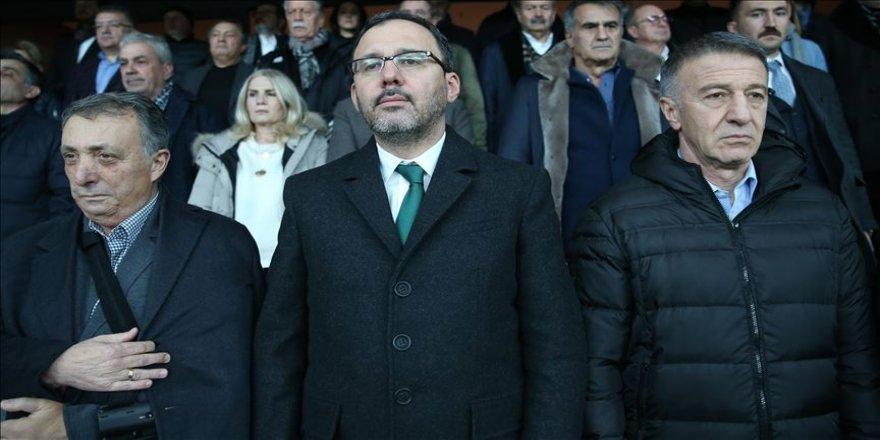 Süper Lig'in 23. haftasında 2-2 sona eren Beşiktaş-Trabzonspor maçını statta izleyen Gençlik ve Spor Bakanı Mehmet Muharrem Kasapoğlu, iki takımı da kutladı.