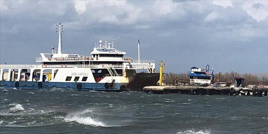 Çanakkale'de feribot denizde oluşan kum adasına oturdu