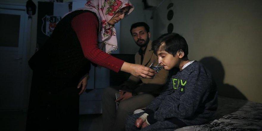 'Kelebek hastası' Hamza bedenine yüklenen ağır yükü taşımaya çalışıyor