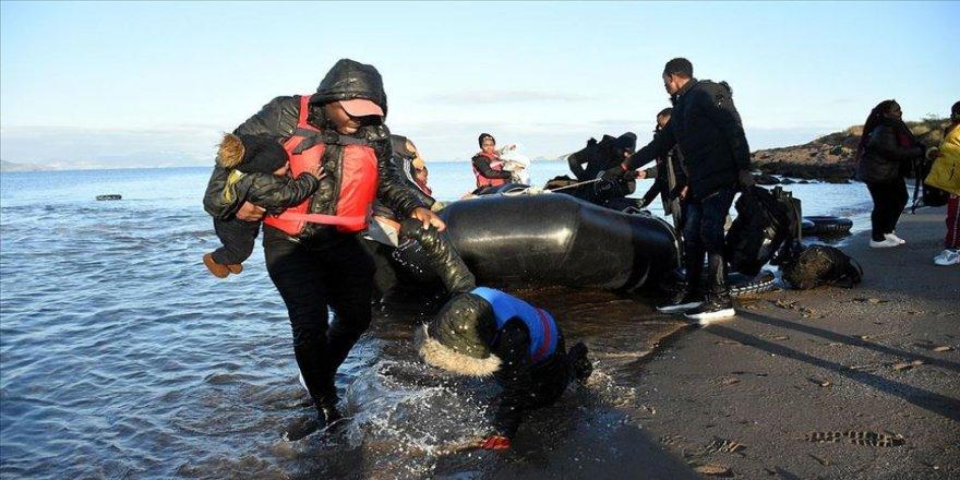 Yunan güvenlik güçleri düzensiz göçmen botlarını zorla geri döndürdü