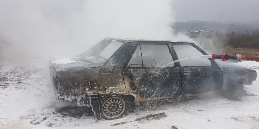 Gebze'de seyir halinde olan araç yandı