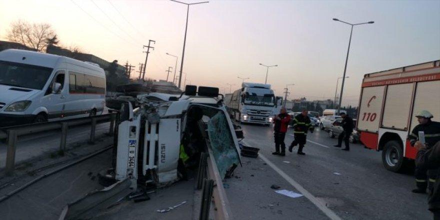 Gebze'de bariyerlere çarpan kamyon sürücüsü yaralandı