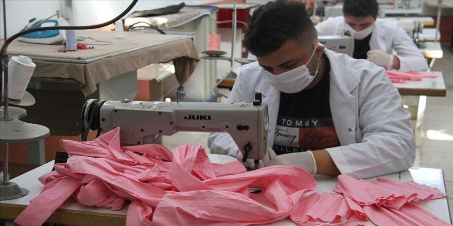 Konya'da öğretmen ve öğrenciler yıkanabilir koruyucu maske üretiyor