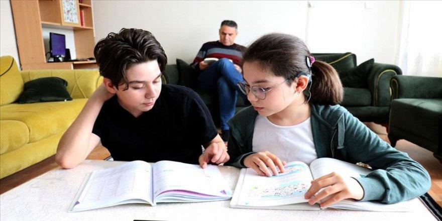 Öğrencilerin elinden kalem, velilerin elinden kitap düşmüyor