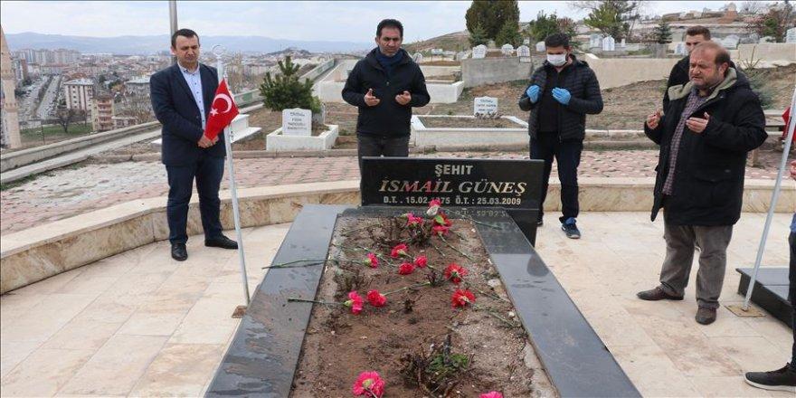 Meslektaşları, gazeteci İsmail Güneş'i kabri başında andı