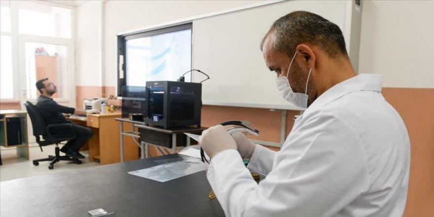 Öğretmenler, sağlıkçılar için gece gündüz 'yüz koruyucu siper' üretiyor