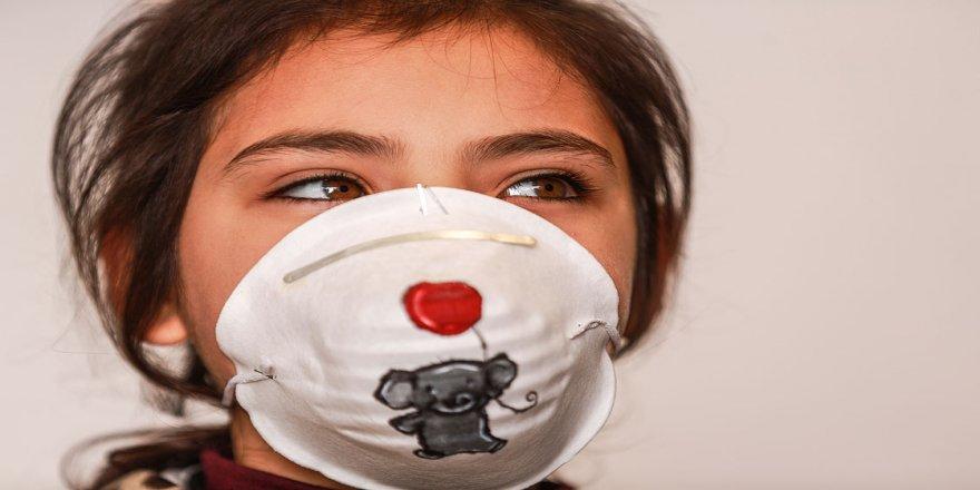 Gazzeli sanatçılar koronavirüsle mücadele için maskeleri renklendiriyor
