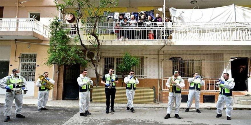 Belediye bandosu 'evde kalanlara' moral için sokağa çıktı