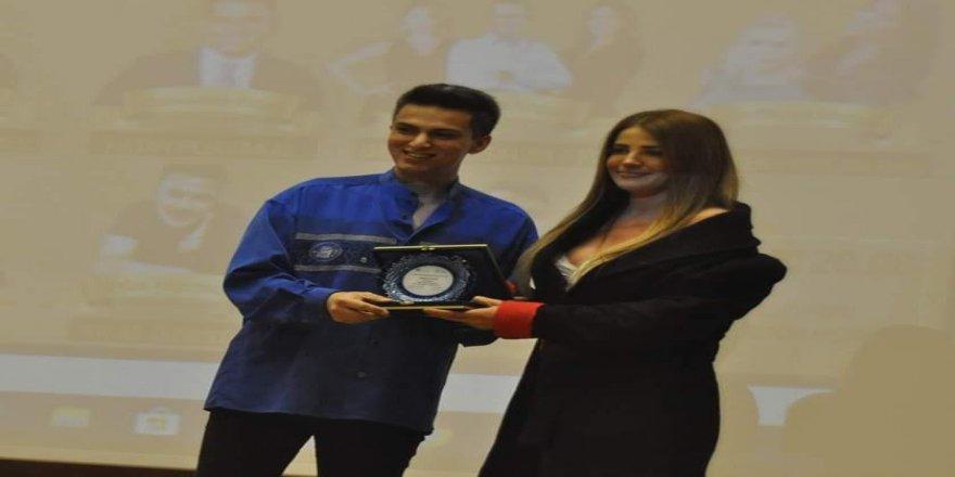 23 Yaşındaki Genç Gazeteci Ödül Dağıtıyor !