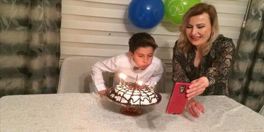 Sağlıkçı anne babadan çocuklarının doğum günü için görüntülü kutlama