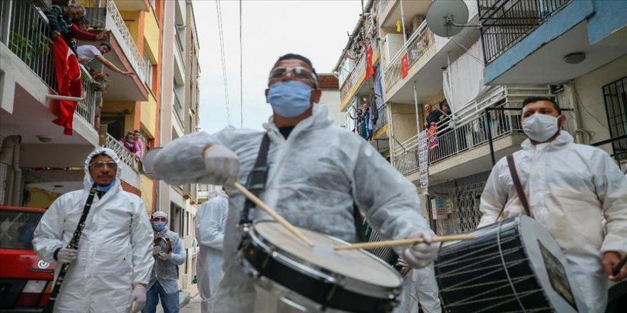 'Grup Evde Kal' sokak konserleriyle vatandaşlara moral veriyor