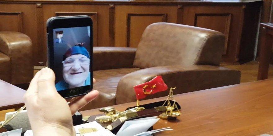 Başkan Sezer'i telefonun ekranında gören Sebahat Teyze çok mutlu oldu