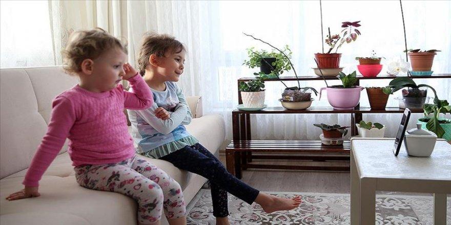 'Koronavirüs günleri'nde anneler ve çocuklar 'online' eğitim ve masalla sosyalleşiyor