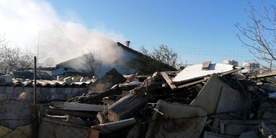 Gebze'de bir ev yandı