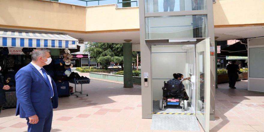 Engelliler için yapılan asansörün ilk kullanımı için bir araya geldiler