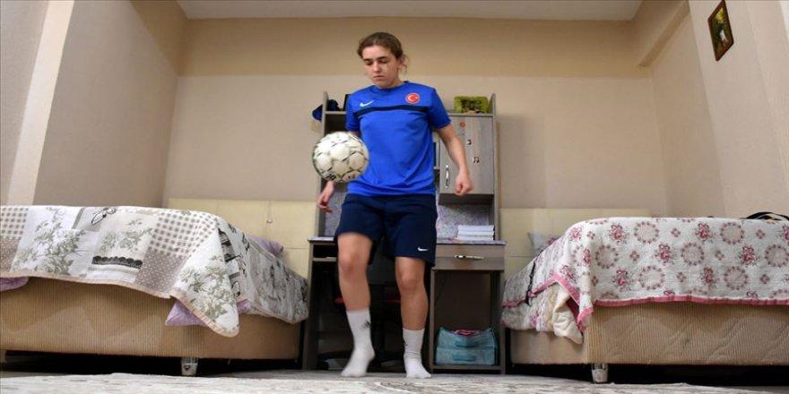 İşitme engelli milli futbolcu antrenmanlarını evine sığdırdı