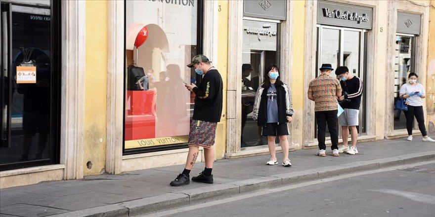 İtalya'da gençlere salgın uyarısı