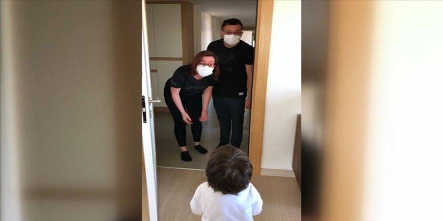 Kovid-19'a yakalanan doktor çift,70 gün sonra çocuklarına kavuştu