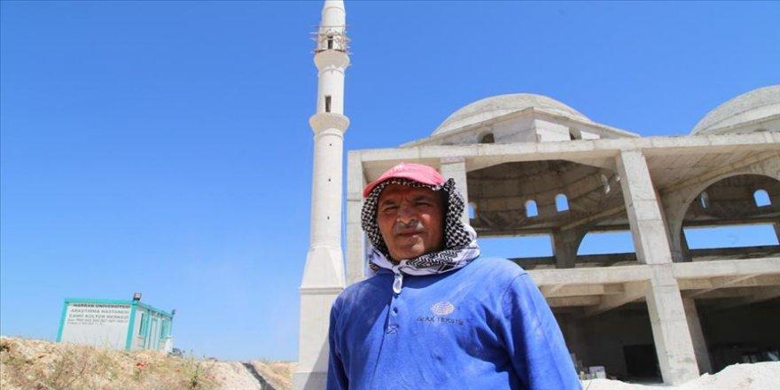 Ekmeğini üst üste dizip minareler yaptığı taştan çıkarıyor