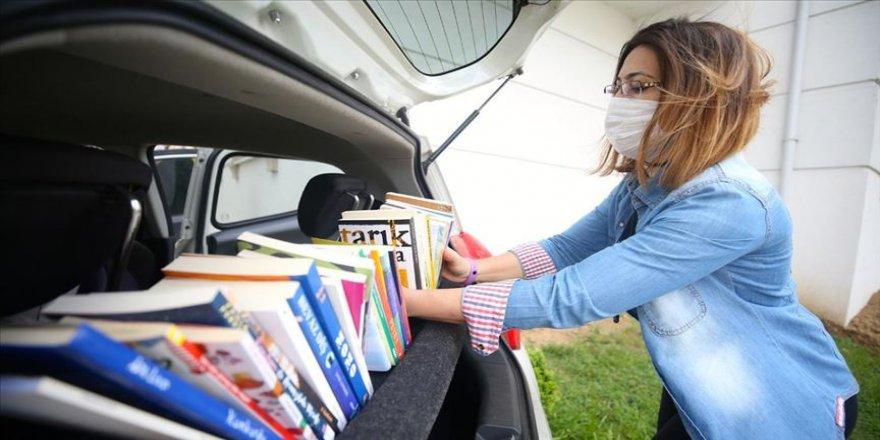 Otomobilini öğrencileri için gezici kütüphaneye çevirdi