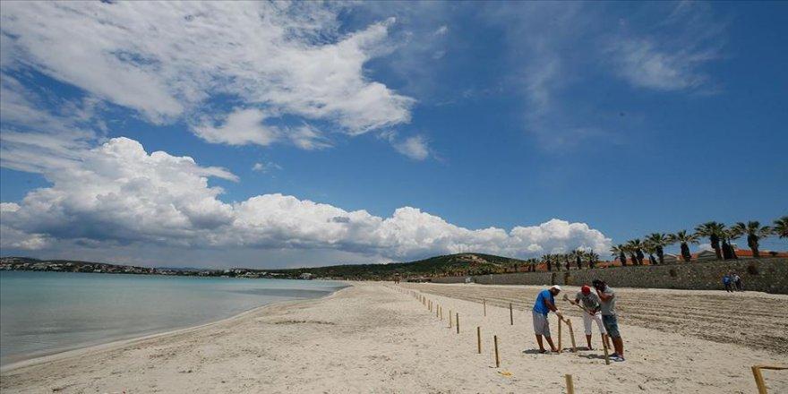 Çeşme'deki Ilıca Plajı'nda 'sosyal mesafe locası' oluşturuldu