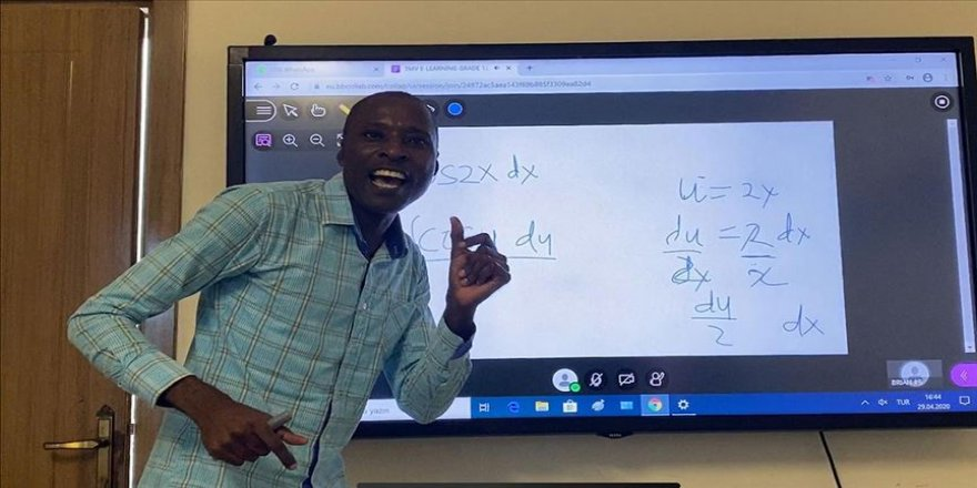 Somalili öğretmen Serwanga Hussein öğrencilerine uzaktan eğitimle kavuşuyor