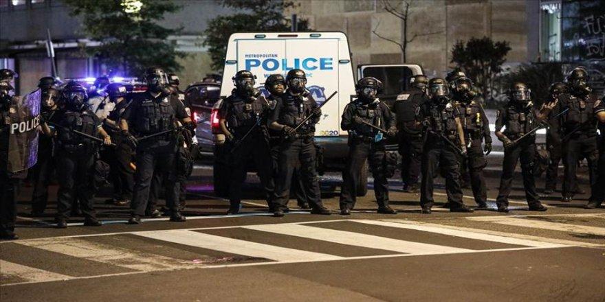 Polisin Trump'ın yürüyeceği yoldaki göstericilere sert müdahalesi tepki çekti