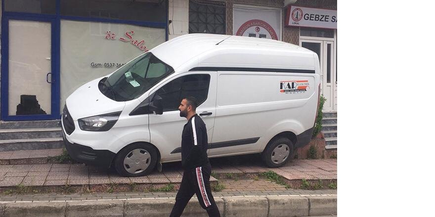Gebzede  sürücüsünün el frenini çekmeyi unuttuğu minibüs kaldırıma çarparak durabildi.
