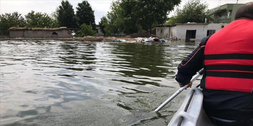 Baraj sularının yükselmesiyle eski yerleşim yerinde mahsur kalan köpek ve inekler kurtarıldı