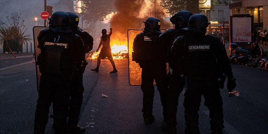 Fransa'da dün polis şiddetinin protesto edildiği gösteride 18 gözaltı