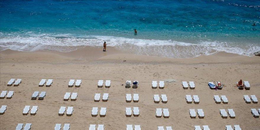 Kaputaş'ta 'sosyal mesafeli' deniz ve güneş keyfi