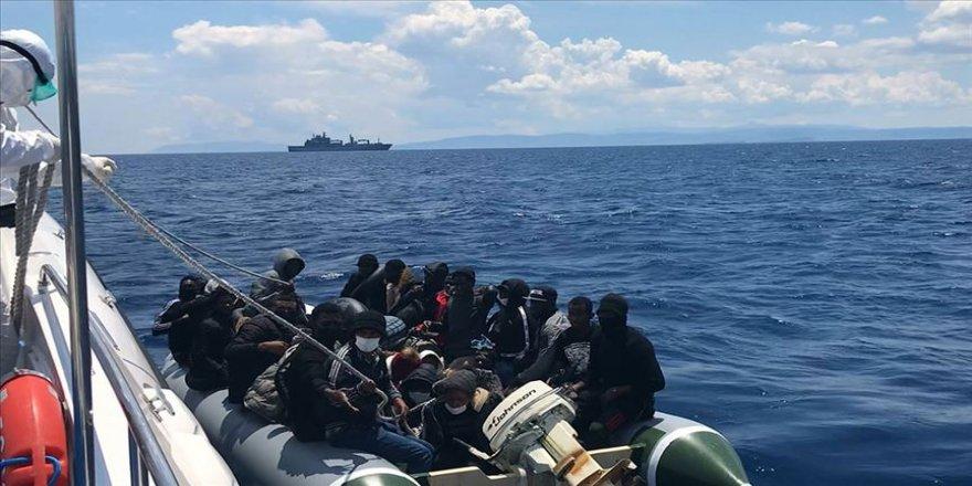 Yunan sahil güvenliğince Türk kara sularına itildikleri iddia edilen sığınmacılar kurtarıldı