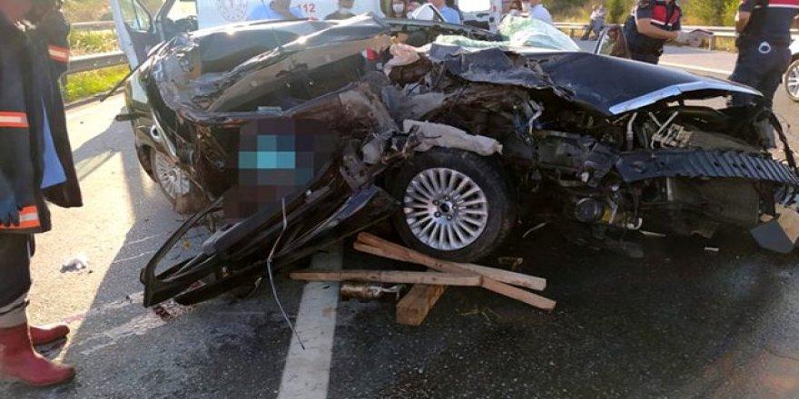 Feci kazada cansız bedenler araca sıkıştı ! 3 kişi hayatını kaybetti