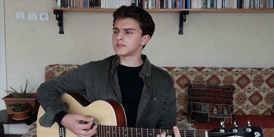 Genç müzisyen gitarıyla mazlumların acılarını anlatıyor