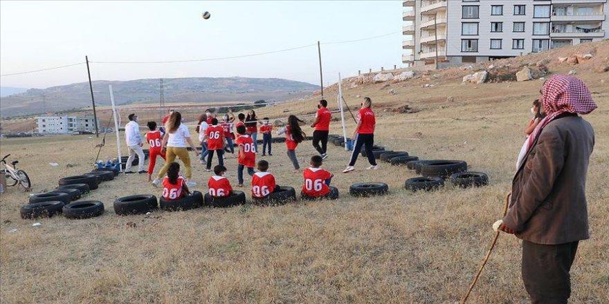TVF, lastiklerden yaptıkları sahada voleybol oynayan Siirtli çocukları sevindirdi