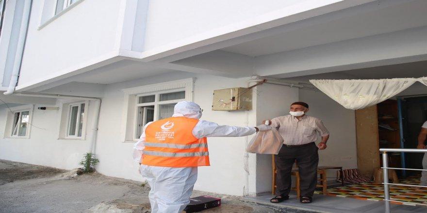 Belediye, karantinaya alınan sokakta ekmek dağıttı