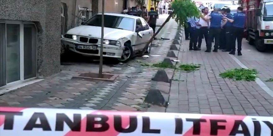 İstanbul'da kontrolden çıkan otomobil, doğalgaz borusuna çarptı