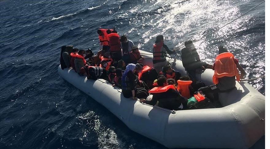 Çanakkale'de lastik bottaki 29 sığınmacı kurtarıldı