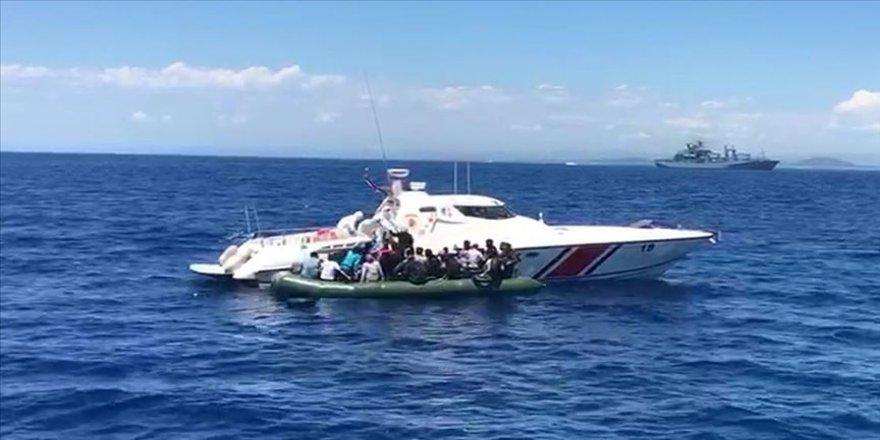 İzmir'de Türk karasularına geri itilen 56 sığınmacı kurtarıldı
