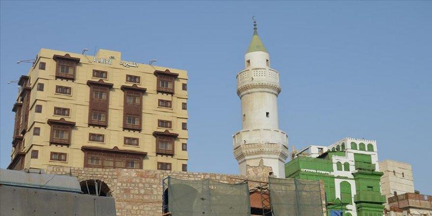 Mekke'de camilerin pazar günü ibadete açılması için hazırlık yapılıyor